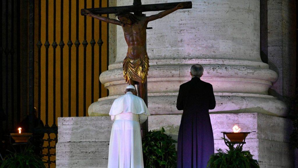 Il Papa prega davanti al crocifisso di San Marcello (ANSA)